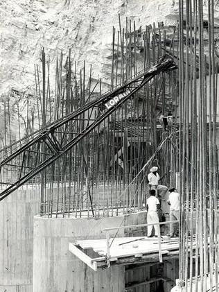 Construção do emboque do túnel de desvio do rio Grande.    Janeiro, 1960  J. R. Nonato