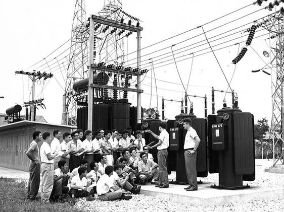 Curso de formação de técnicos em operação e mecânica na subestação da Usina de Furnas. Fevereiro, 1962  J. R. Nonato