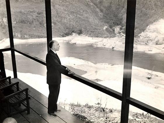 Presidente do BNDE, Lúcio Martins Meira, vê as obras da Usina de Furnas no Mirante. Setembro, 1959  J. R. Nonato