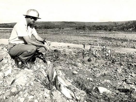 John Cotrim no leito do rio Grande após o fechamento dos túneis de desvio. Janeiro, 1963 J. R. Nonato