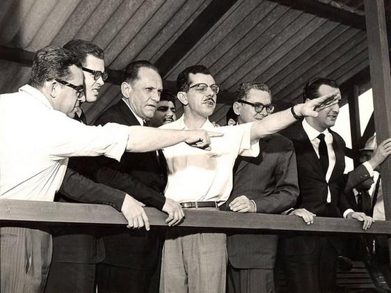 Visita do embaixador do Brasil na Inglaterra, Assis Chateaubriand (terceiro da esq. para a dir.), à Usina de Furnas. Setembro, 1959  J. R. Nonato