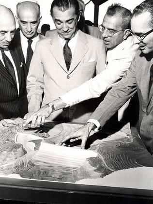 Presidente Juscelino Kubitschek (centro) examina a maquete da Usina de Furnas.    Outubro, 1959  J. R. Nonato