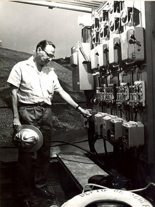 John Cotrim fecha as comportas dos tuneis de desvio do rio Grande. Janeiro, 1963 J. R. Nonato