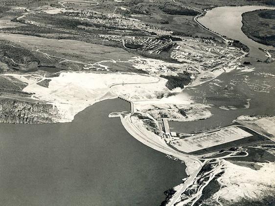 Vista aérea da barragem e do acampamento da Usina de Furnas. Maio, 1965