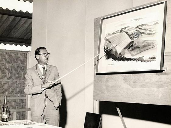 John Cotrim apresenta o projeto da Hidrelétrica de Furnas em conferência no canteiro de obras do empreendimento.    Janeiro, 1959  J. R. Nonato