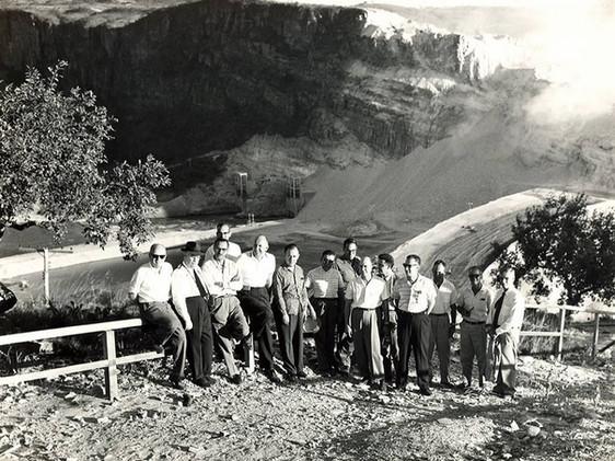 Comitiva do vice-presidente do Banco Internacional para Reconstrução e Desenvolvimento, Burke Knapp, em visita à Usina de Furnas.    Abril, 1961  J. R. Nonato
