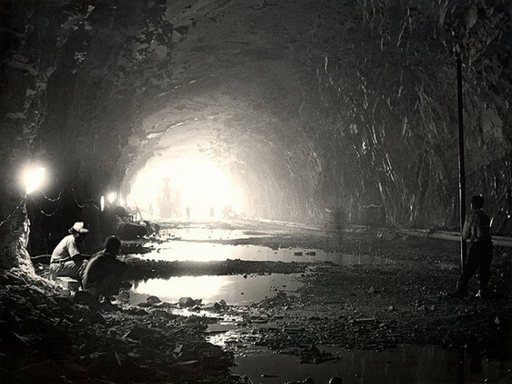 Construção do túnel de desvio: operários na área interna do túnel.    Fevereiro, 1959  J. R. Nonato