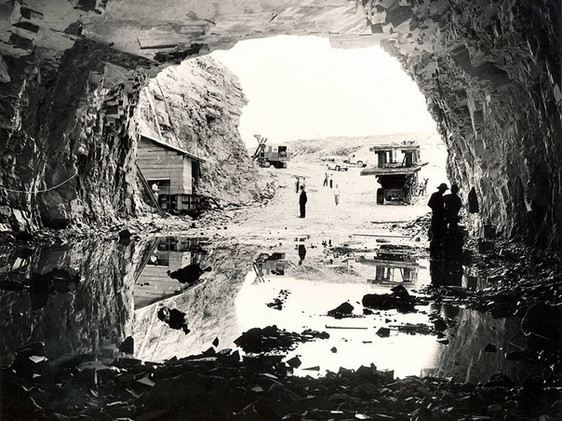 Construção do túnel de desvio do rio Grande para implantação da Usina de Furnas (visão da área interna do túnel).    Janeiro, 1959  J. R. Nonato