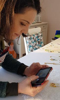 התכשיטנית ויויאן ארדיטי בסדנאת צילום תכשיטים בסמארטפון