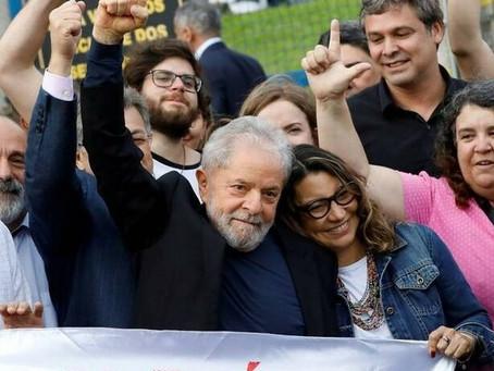 Lula deixa a prisão em Curitiba, agradece a militantes e critica Lava Jato