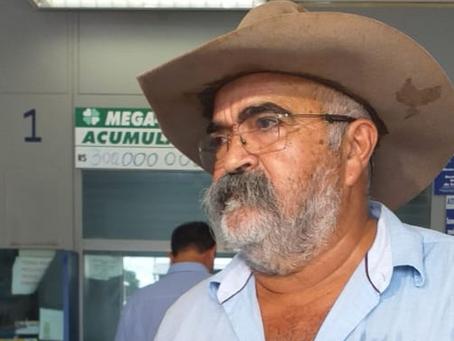 Pecuarista ganhador da Mega da Virada vai a lotérica agradecer a funcionária que registrou o bilhete