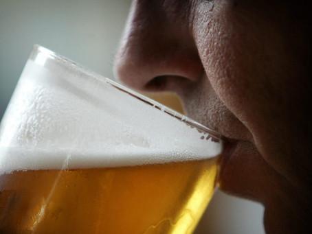 Brasileiro toma água com milho e pensa que é cerveja