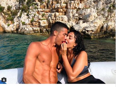 Mulher de Cristiano Ronaldo curte férias com jogador na Grécia após Copa.