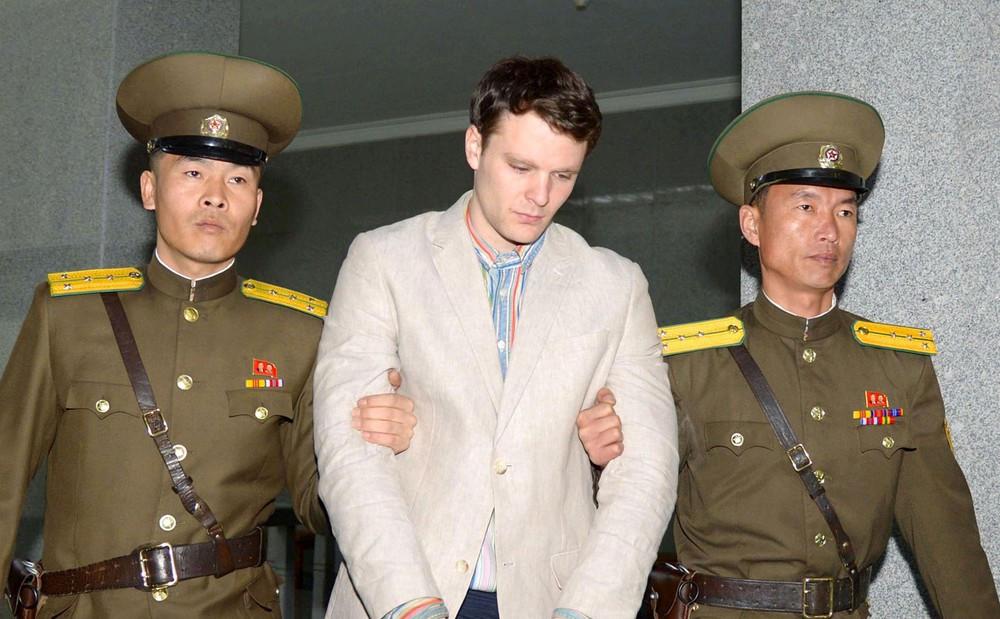 Foto de arquivo mostra estudante Otto Warmbier sendo levado para tribunal de Pyongyang, na Coreia do Norte, em março de 2016 (Foto: Reuters/Kyodo)