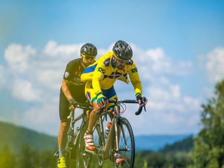 Ciclistas superam dificuldades e vão ao limite em etapas decisivas da maior maratona de bike do mund