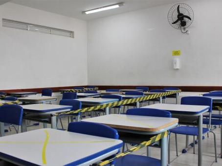 Médico diz que problema não seria retorno das aulas, mas reforçar as medidas para jovens