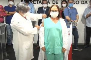 Enfermeira é a primeira pessoa a ser vacinada na Paraíba