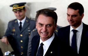"""Bolsonaro: """"Forças Armadas decidem se vai haver democracia"""""""