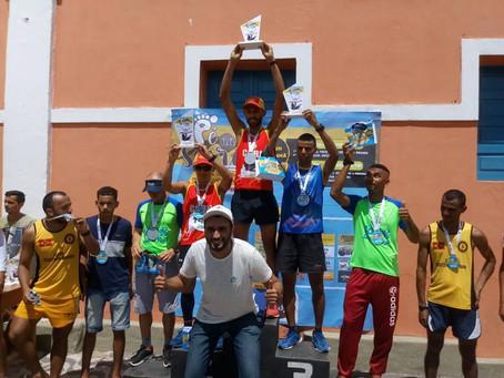 Sucesso da corrida Pé na Serra do garoto Ray atraí jovens ao esporte