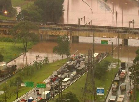 Chuva causa dezenas de desabamentos e alagamentos e trava São Paulo