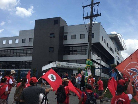 Durante depoimento de Lula, petistas fazem ato para criticar Moro