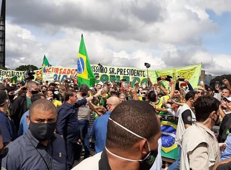 Bolsonaro rebate STF, usa helicóptero da Presidência para sobrevoar ato de apoio e participa de aglo