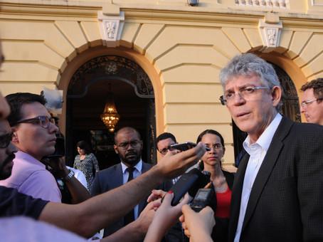 Ricardo Coutinho defende autonomia dos estados para cortes, em encontro de governadores
