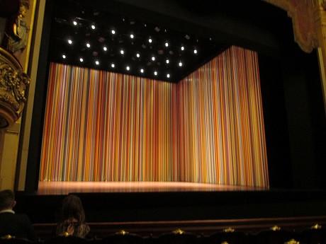 Le fameux rideau en plastique traversé par les danseurs