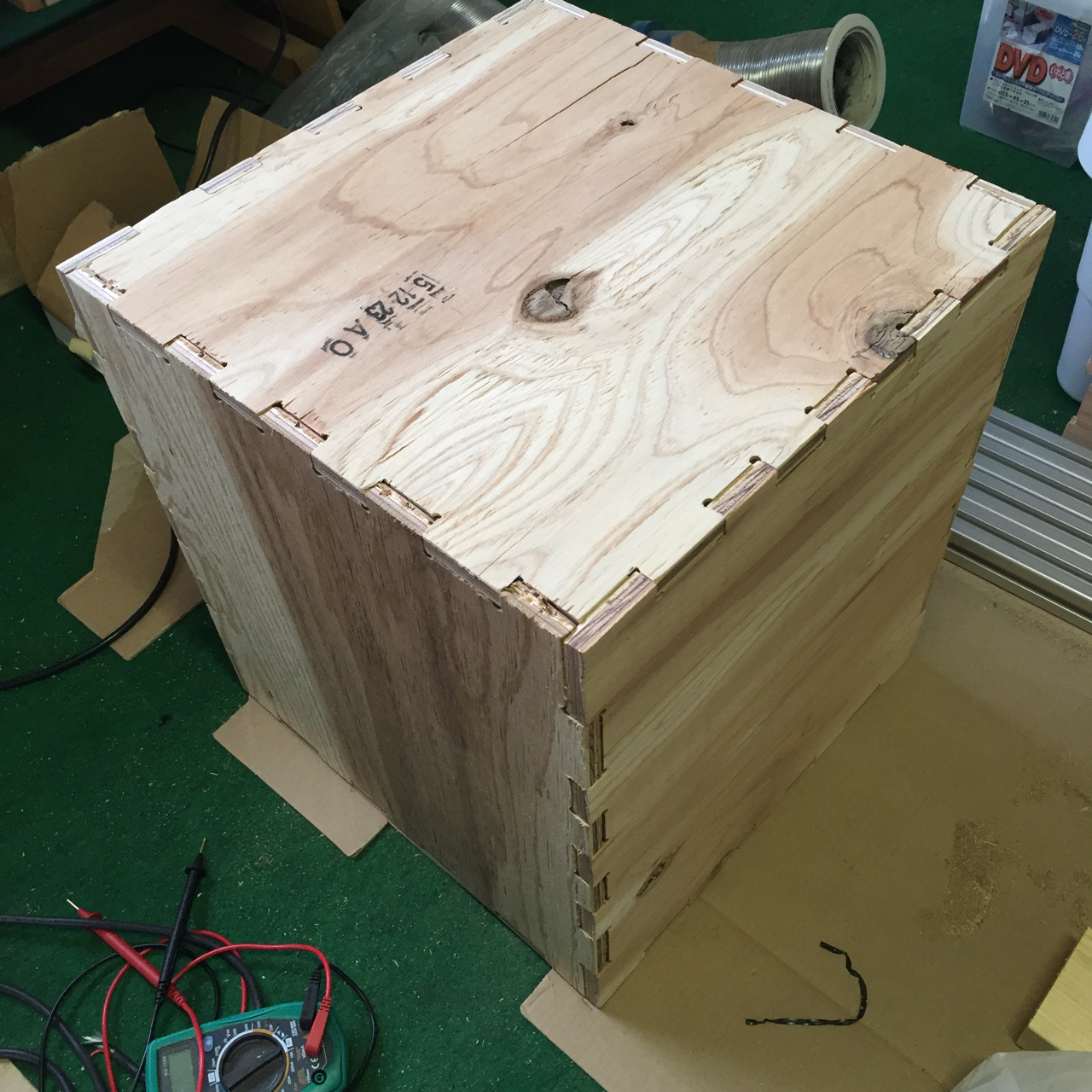 木の椅子、入れ物