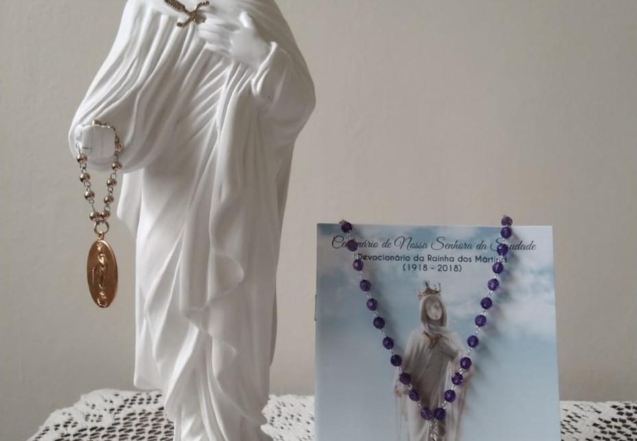 Kit Nossa Senhora da Saudade - Imagem de Nossa Senhora da Saudade em gesso com aproximadamente 32cm + Devocionário da Rainha dos Mártires + Coroa da Saudade