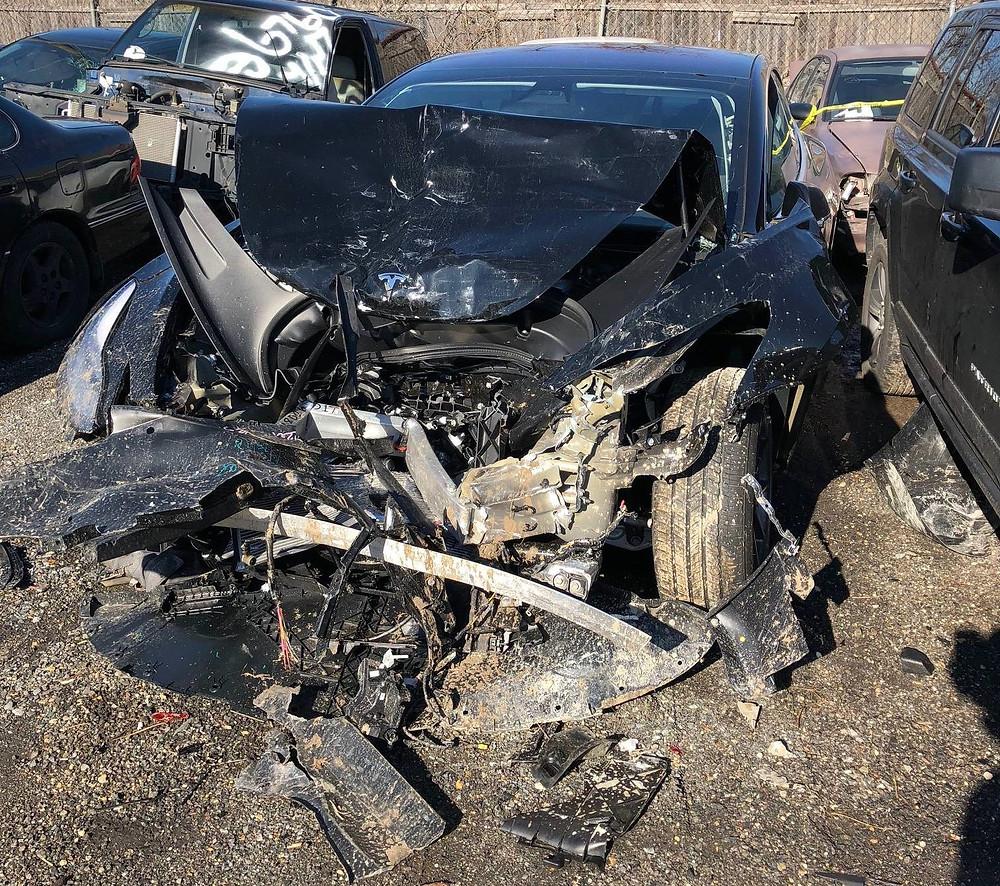 Водитель и пассажир практически не пострадали в лобовом столкновении на скорости под 100 км/ч.
