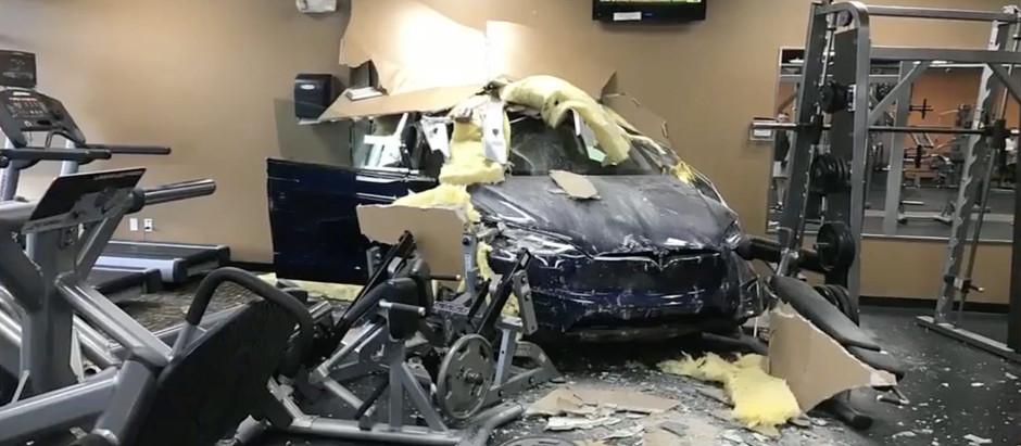 Tesla Model X заскочил в тренажерный зал