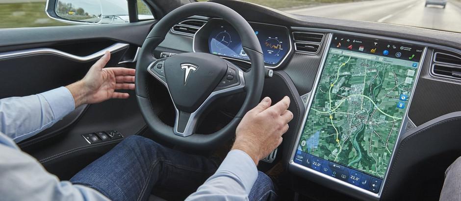 Владельцы электромобилей Tesla посещают сервис, чтобы научиться пользоваться автопилотом