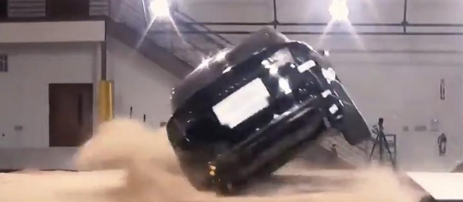 Tesla Model X безуспешно пытаются перевернуть