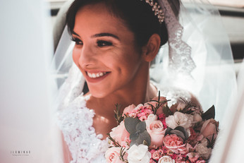 noiva no carro no dia do casamento