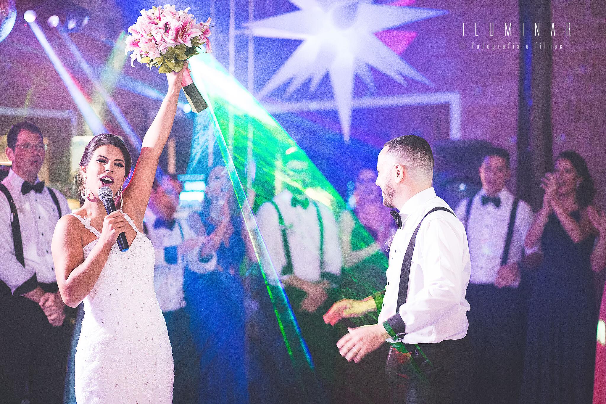 Noiva Jogando o Buque no Casamento