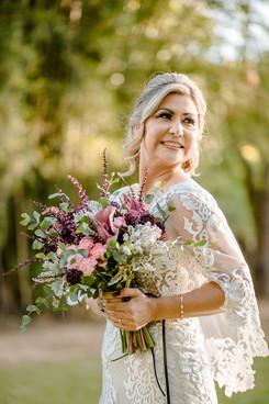 noiva com seu buque de casamento campestre
