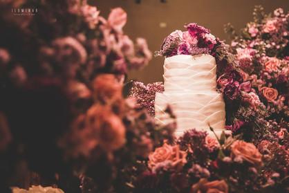 mesa do bolo de casamento cheia de flores lindas