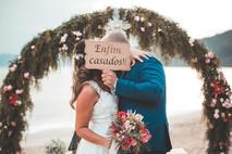o beijo dos noivos casamentop na praia