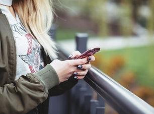 Mulher segura, um, telefone móvel