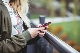 Женщина, держащая мобильный телефон