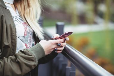 Frau, die ein Handy anhält