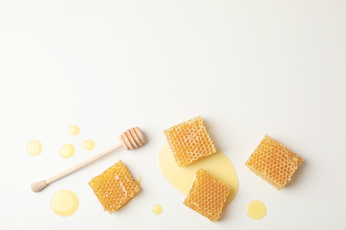 Honeycombs%20and%20dipper%20on%20white%20background%2C%20space%20for%20text_edited.png