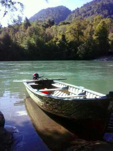 Embarcación en el Rio Petrohué