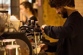 バリスタはコーヒーを作ります