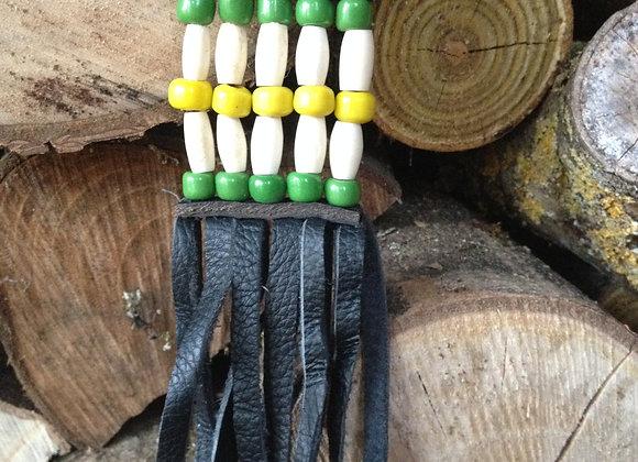 Porte clés en os, perles aunes et vertes sur cuir noir frangés - ref: KC 14