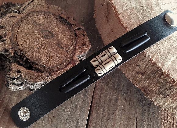 Bracelet cuir noir doublé - os sculptés et corne noire - Ref : BL32