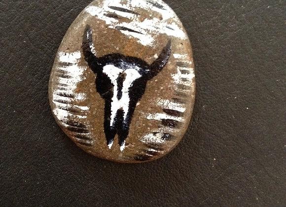Crâne de bison, pierre peinte à la main - ref: Skull 1