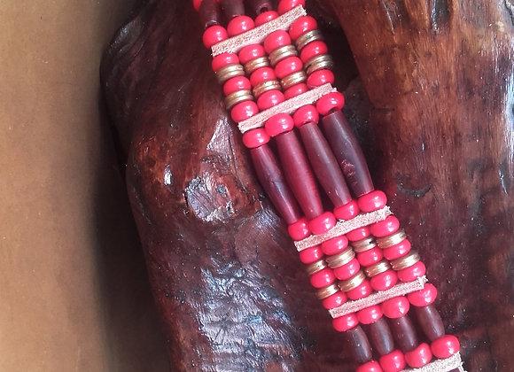 Bracelet style Amérindien, 4 rangs  corne, perles de verre rouge - Ref: B 178