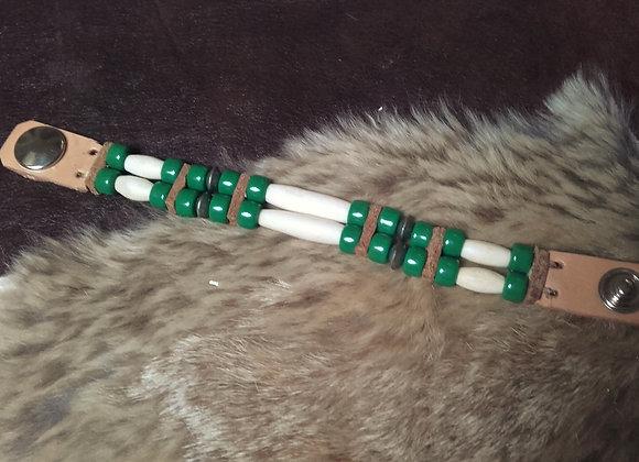 Bracelet style Amérindien, 2 rangs, os, perles de verre vertes - Ref: B 154